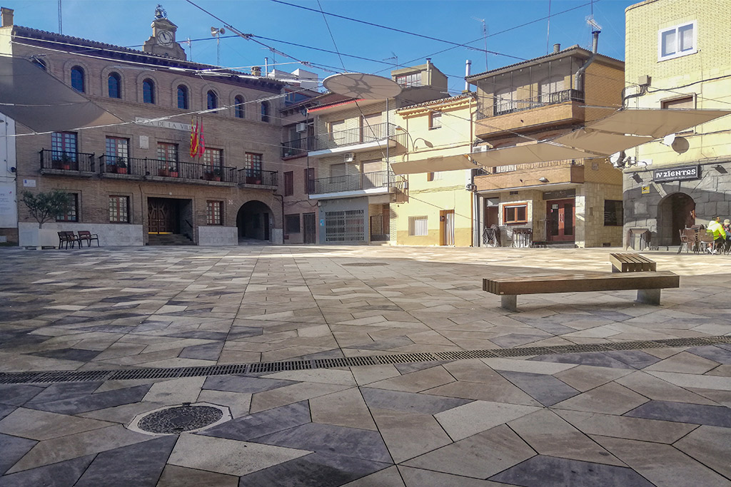Plaza de Constitucion en Fuentes de Ebro